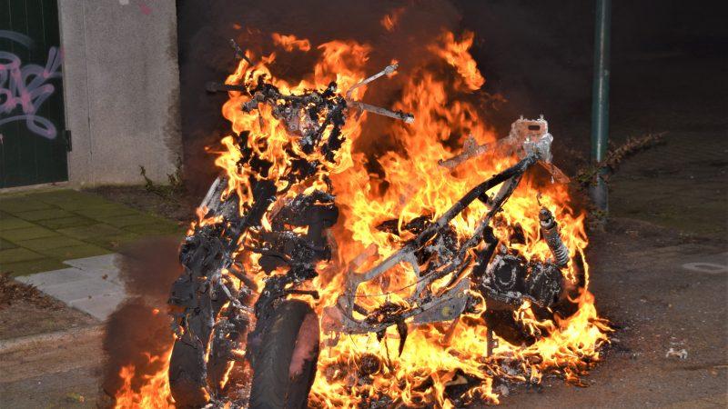 Driewielige motorscooter uitgebrand