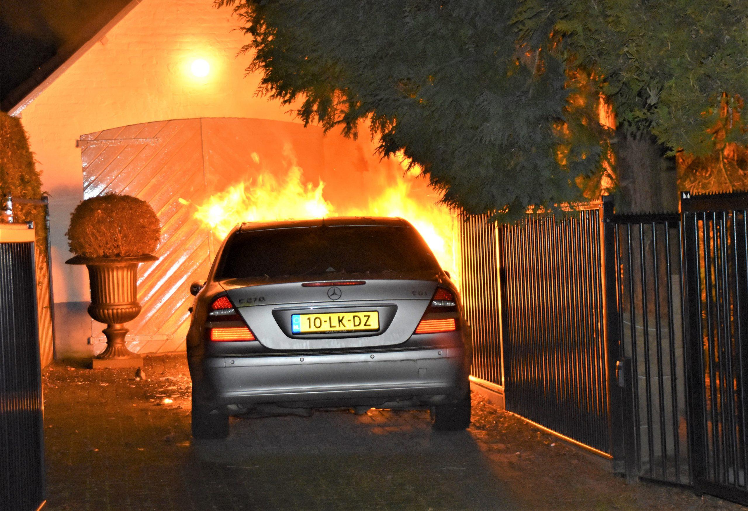 Auto in brand op oprit