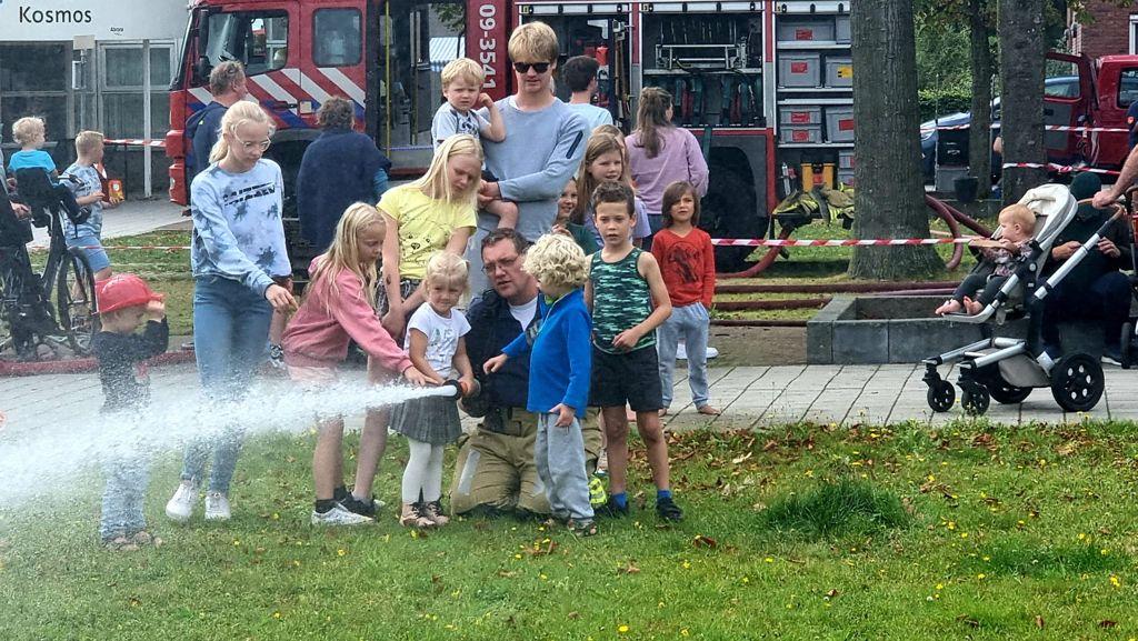 Brandweer bij burendag in Sterrenberg