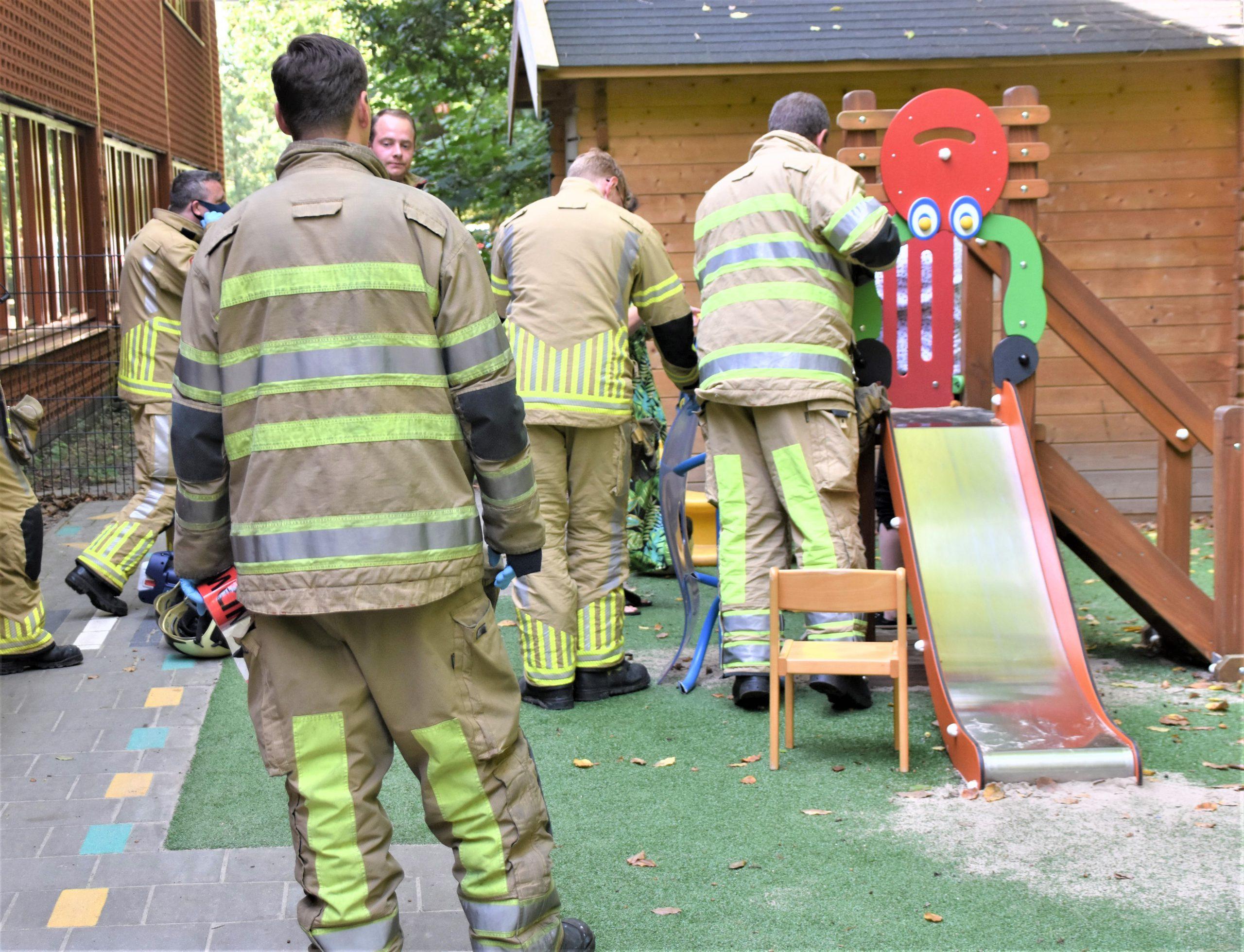Brandweer bevrijdt kind uit speeltoestel