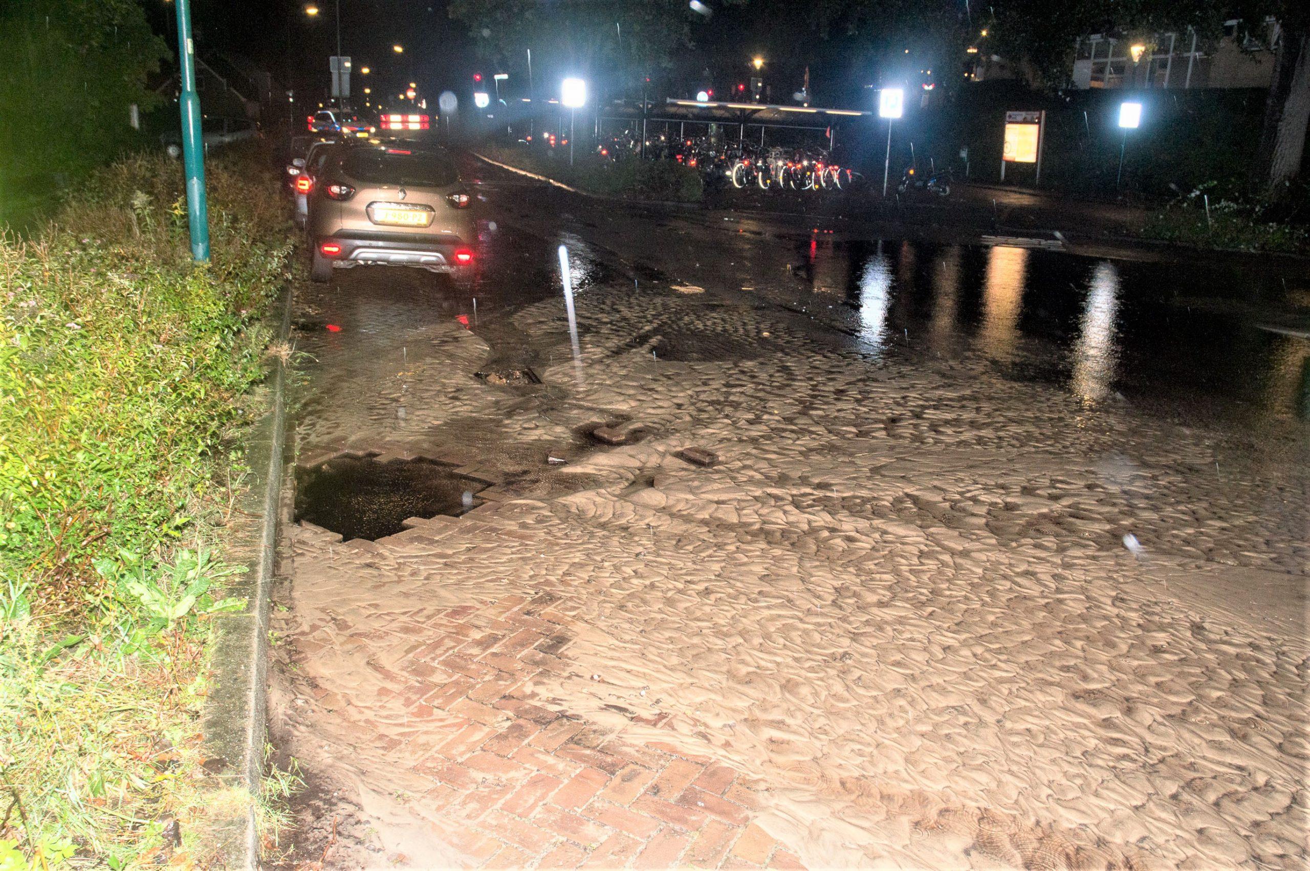 Geen bussen naar station Soest-Zuid door gesprongen waterleiding